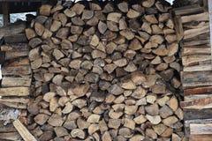 Ξύλο στον υπαίθριο σωρό καυσόξυλου στοκ εικόνα με δικαίωμα ελεύθερης χρήσης