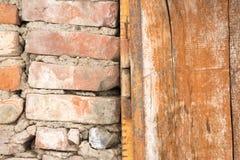 Ξύλο τούβλου και πλαίσιο πορτών μετάλλων Στοκ Φωτογραφία