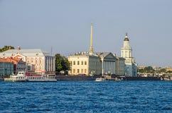 Οβελός του νησιού Vasilyevsky και του πανεπιστημιακού αναχώματος με δώδεκα Στοκ φωτογραφία με δικαίωμα ελεύθερης χρήσης