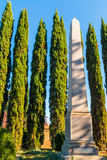 Οβελίσκος και κυπαρίσσια στο νεκροταφείο του Όουκλαντ, Ατλάντα, ΗΠΑ Στοκ Εικόνα