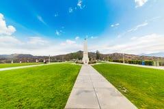 Οβελίσκος Griffith στο πάρκο με το σημάδι Hollywood στο υπόβαθρο Στοκ Εικόνες