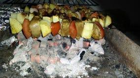 Οβελίδια και λαχανικά κοτόπουλου στον άνθρακα φιλμ μικρού μήκους