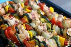 Οβελίδια κοτόπουλου με το μπέϊκον και λαχανικά σε έναν δίσκο Στοκ εικόνα με δικαίωμα ελεύθερης χρήσης