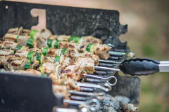 Οβελίδια μπριζόλας shishkabob με τα λαχανικά που μαγειρεύουν να φλεθεί gril Στοκ Φωτογραφίες