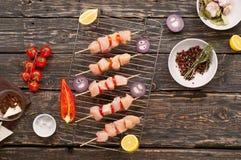 Οβελίδια του στήθους κοτόπουλου με τα λαχανικά που μαγειρεύονται στη σχάρα στοκ φωτογραφία με δικαίωμα ελεύθερης χρήσης
