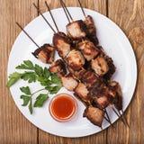 Οβελίδια του χοιρινού κρέατος με τη σάλτσα Στοκ εικόνες με δικαίωμα ελεύθερης χρήσης