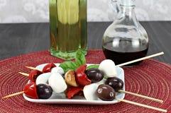 Οβελίδια Antipasto των κόκκινων πιπεριών, της μοτσαρέλας, του σκόρδου και ιταλικών Στοκ εικόνες με δικαίωμα ελεύθερης χρήσης