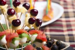 Οβελίδιο τυριών κερασιών και άλλα φρέσκα τρόφιμα δάχτυλων Στοκ εικόνα με δικαίωμα ελεύθερης χρήσης