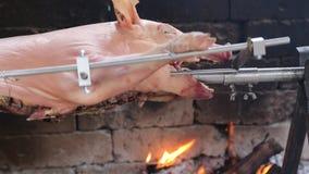 Οβελός με ένα χοιρινό κρέας ψητού μαγειρεύοντας απόθεμα βίντεο