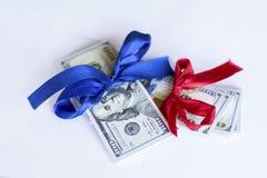 λογαριασμοί 100 δολαρίων με την κόκκινη και μπλε κορδέλλα σε ένα άσπρο υπόβαθρο Στοκ Φωτογραφίες