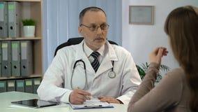 Ογκολόγος που ενημερώνει το θηλυκό ασθενή για τη αθεράπευτη ασθένεια, απόγνωση απόθεμα βίντεο