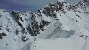 Ογκώδες βουνό τους δύσκολους λόφους που καλύπτονται με στο χιόνι, όμορφο εναέριο μήκος σε πόδηα σε 4k απόθεμα βίντεο