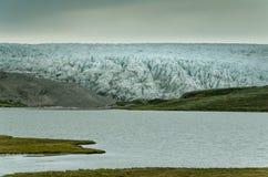 Ογκώδες μέτωπο του παγετώνα του Russell που φθάνει στην παγετώδη λίμνη, Γροιλανδία στοκ φωτογραφία
