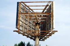 Ογκώδης δομή μετάλλων που χρησιμοποιείται για να μεταδώσει ραδιοφωνικά τη διαφήμιση κατά μήκος των δρόμων στοκ εικόνα