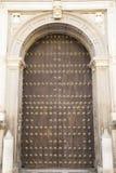 Ογκώδης ξύλινη πόρτα στοκ φωτογραφία με δικαίωμα ελεύθερης χρήσης
