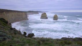 Ογκώδης στάση σχηματισμών βράχου κατά μήκος του μεγάλου ωκεάνιου δρόμου φιλμ μικρού μήκους