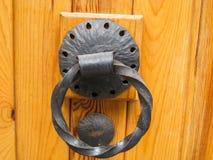 Ογκώδη ρόπτρα πορτών του χέρι-επεξεργασμένου σιδήρου Στοκ Εικόνες