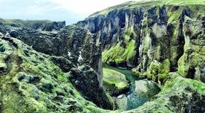 Ογκώδες και μεγαλοπρεπές φαράγγι Fjaðrà ¡ rgljúfur στη νότια Ισλανδία Στοκ Εικόνες