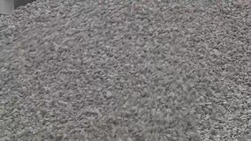 Ογμένη η ¡ πέτρα Ð πέφτει κάτω από τη βουνοπλαγιά απόθεμα βίντεο