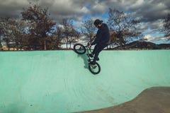 Οδήγηση αγοριών και ποδήλατο άλματος bmx σε ένα πάρκο ακραίος αθλητισμός στοκ φωτογραφίες με δικαίωμα ελεύθερης χρήσης
