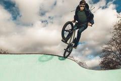 Οδήγηση αγοριών και ποδήλατο άλματος bmx σε ένα πάρκο ακραίος αθλητισμός στοκ φωτογραφία με δικαίωμα ελεύθερης χρήσης