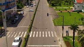 Οδήγηση αυτοκινήτων κατά μήκος της εθνικής οδού σε Batumi, εναέρια στο κέντρο της πόλης εικονική παράσταση πόλης, κανόνες κυκλοφο φιλμ μικρού μήκους