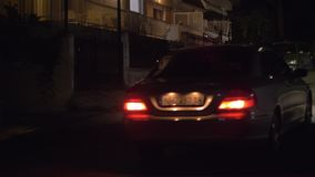 Οδήγηση αυτοκινήτων στην οδό της μικρής πόλης νύχτας, Ελλάδα φιλμ μικρού μήκους
