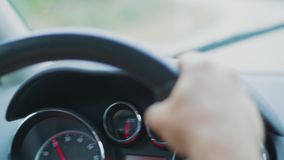 Οδήγηση αυτοκινήτων στη βροχερή ημέρα, ταμπλό, συνάντηση της κυκλοφορίας απόθεμα βίντεο