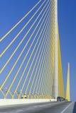 Οδήγηση αυτοκινήτων στη γέφυρα Skyway ηλιοφάνειας Στοκ Φωτογραφία