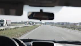 Οδήγηση ενός αυτοκινήτου με τις λειτουργώντας ψήκτρες ανεμοφρακτών Καθαρισμός ενός αλεξήνεμου Αντανάκλαση οδηγών στον οπισθοσκόπο φιλμ μικρού μήκους