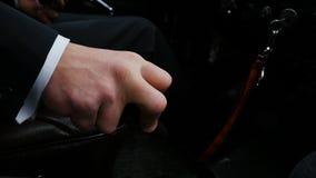 Οδήγηση επιχειρηματιών στην εργασία, χέρι που μετατοπίζει το ραβδί εργαλείων Ο επιχειρηματίας μετατοπίζει τη μετάδοση στη σπάνια  Στοκ εικόνες με δικαίωμα ελεύθερης χρήσης