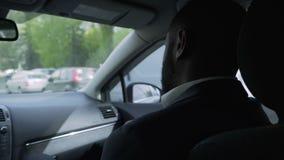 Οδήγηση επιχειρησιακών ατόμων στο αυτοκίνητο με τον προσωπικό οδηγό, που λύνει τα προβλήματα τηλεφωνικώς φιλμ μικρού μήκους