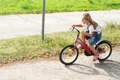 οδήγηση κοριτσιών ποδηλά&ta Στοκ Εικόνα