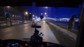 Οδήγηση λεωφορείων σε μια πόλη απόθεμα βίντεο