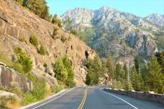 Οδήγηση μέσω αυτής της μεγαλοπρεπούς διαδρομής στοκ εικόνες