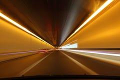 Οδήγηση μέσω μιας σήραγγας Στοκ Εικόνα