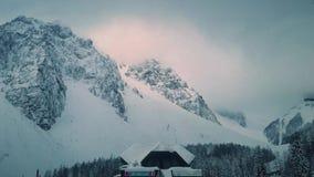Οδήγηση μέσω του βουνού με μια όμορφη άποψη στην Ευρώπη φιλμ μικρού μήκους