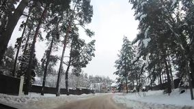Οδήγηση μέσω του χωριού στη εθνική οδό Άποψη από το αυτοκίνητο καμπινών απόθεμα βίντεο