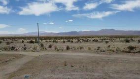 Οδήγηση μέσω των περιχώρων Uyuni στη Βολιβία Εγκαταλειμμένη έκταση κοντά στο Uyuni Salar απόθεμα βίντεο