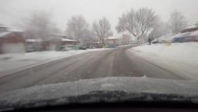 Οδήγηση μέχρι τη διατομή οδών στο χιονώδες προάστιο στην ημέρα με την επίδραση θαμπάδων κινήσεων απόθεμα βίντεο