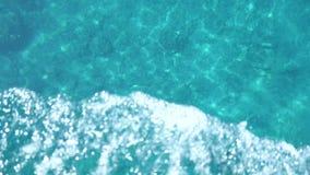 Οδήγηση με μια βάρκα στην παραλία παραδείσου που εξετάζει τον απότομο βράχο βαθιά νερών στο νησί Ελλάδα της Κέρκυρας απόθεμα βίντεο
