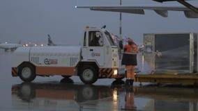 Οδήγηση οχημάτων για να πάρει το φορτίο από το αεροπλάνο φιλμ μικρού μήκους