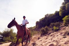 Οδήγηση πλατών αλόγου νεαρών άνδρων Στοκ Εικόνες