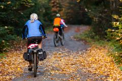 Οδήγηση ποδηλατών στα βουνά φθινοπώρου Στοκ φωτογραφίες με δικαίωμα ελεύθερης χρήσης
