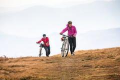 Οδήγηση ποδηλατών στα βουνά φθινοπώρου Στοκ Φωτογραφία