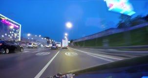 Οδήγηση σε μια οδό πόλεων νύχτας Θολωμένο χρονικό σφάλμα κινήσεων Άποψη από έξω από την καμπίνα φιλμ μικρού μήκους