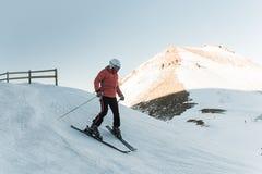 Οδήγηση σκιέρ ατόμων από το χιονώδες piste Στοκ εικόνες με δικαίωμα ελεύθερης χρήσης