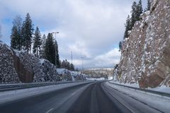Οδήγηση στην εθνική οδό μετά από το χιόνι Στοκ Εικόνες