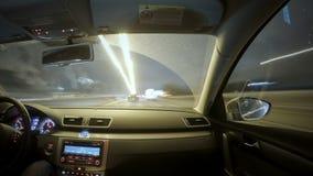 Οδήγηση στην κυκλοφορία πόλεων νύχτας απόθεμα βίντεο