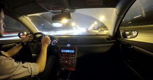 Οδήγηση στην κυκλοφορία πόλεων νύχτας φιλμ μικρού μήκους